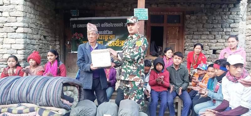 नेपाली सेनाद्वारा बालबालिकालाई सहयोग